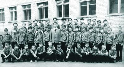 Ансамбль «Гайдаровцы» у школы № 14, 1974 г.