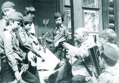 Любил наш оркестр под руководством Ивана Алексеевича ПОЛУЭКТОВА  помузицировать на высоком деревянном крыльце.